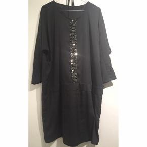 Smuk sort kjole fra Claire ❤️  - str. XXL  - løs model - perfekt til fest - underkjole i 100% viskose medfølger - læder/pailletter midtpå foran - kun god men brugt, da enkelte pailetter mangler. Ses slet ikke i brug. Ellers næsten som ny.  - nypris 900,-  Se også mine andre fine annoncer. Giver gerne mængderabat 🙌🏼