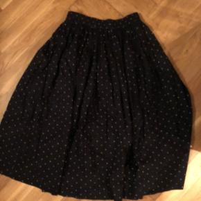 Nederdel i bomuld med elastik i taljen brugt en enkelt gang og vasket efterfølgende.   Bytter desværre ikke.