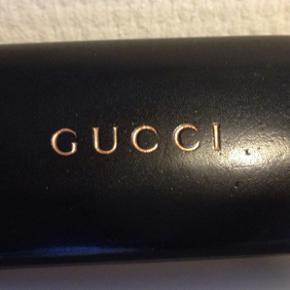 Flotte stilfulde Gucci solbriller med tilhørende klud og etui.  Stort set aldrig brugt og fremstår som nye.  Nypris 1950,- BYD :)