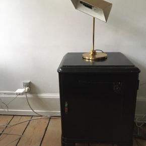 Fin gammel klaverlampe. Den er lidt irret i bunden, deraf prisen.