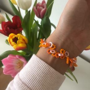 Perlearmbånd i frisk orange, mat orange og lyserød.  💮 Prisen er inkl Porto