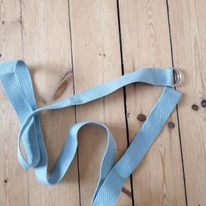 Bånd til at bære yogamåtte i. Lysegrå. Ubrugt. Kan justeres. Længde: 180 cm Kan afhentes i Esbjerg. Sender gerne- køber afholder fragt.