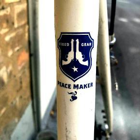 Fixie peacemaker cykel med carbon drive . Sælges uden rem. Sælges pga af nyt cykelløb og pladsmangel. Køre godt. Nedslag ved hurtig handel