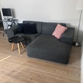 Sælger denne mørkegrå sofa med målene L: 233 B: 154 H: 39. Sofaen fejler intet og kommer fra røg- og dyrefrit hjem. Den kan afhentes i Køge på 2. sal, og den kan skilles i 2 dele 😊