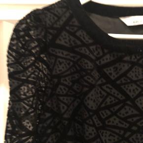 Rigtig fin kjole med velourmønster, velour krave og nederst på ærmerne. Kjolen er 84 cm lang og har kun været brugt få gange.  Prisen er uden porto og jeg sender kun mine ting :)