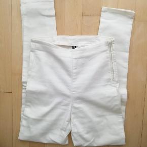 Lyse jeans Str. 36 Tynde bukser med lynlås i siden H&M Divided Jeg har dem både til salg i sort og hvid