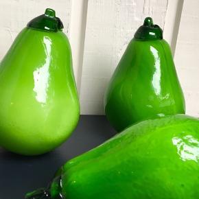 Glasfrugter. 3 grønne pærer. De måler omkring 14cm i længden.  Sender gerne.