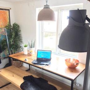 Plankebord af mangotræ. Jeg sælger mit flotte plankebord, da det desværre er for stort til min lejlighed. Jeg har købt det i Thomsons for 7500kr.