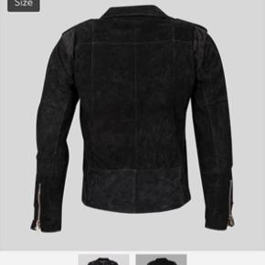 """Super lækker jakke fra Pelechecoco. Da jakken er lavet af genbrugslæder, fremstår der små """"pletter"""", som også var der fra ny. Den er kun brugt få gange og kvittering haves.   Om jakken:  Our Classic suede biker jacket is much like the leather version deeply rooted in the punk and rock'n'roll movement, but with a hint of the 70s. It is made from a beautiful recycled suede that has travelled from many places in this world not undergoing any chemical processes and has the touch of years and years of life and experiences. with its unique vintage suede and original wear, it enables you to stand out in sustainable clothing and be one of a kind."""