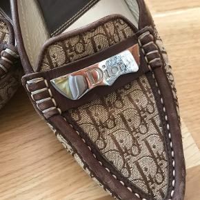 Dior flats i læder og kanvas.  Skoene er brugt, men stadigvæk flotte.  Kom med et bud
