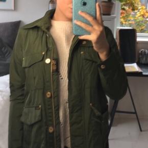 Lækker grøn jakke fra Wiggys. Brugt 1 gang. Nypris 2400