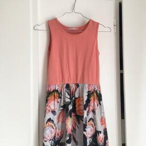 Jeg sælger en meget fin molo kjole i str 11-12 år. Np:400kr, ingen skader!
