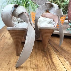 Helt nye og ubrugte sandaler af mærket Melin. Sandalerne er i det blødeste skind og med læder sål. Ny pris kr 949,-.