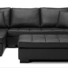 Sofa med stor puf sælges. Mål: 278x168. Højde 79. Puffen måler 176x74. Sofaen er egentlig i rigtig pæn stand, pånær to hynder som er krakeleret (se foto) Sofaen er højrevendt (modsat billedet) Puderne har jeg ikke mere.