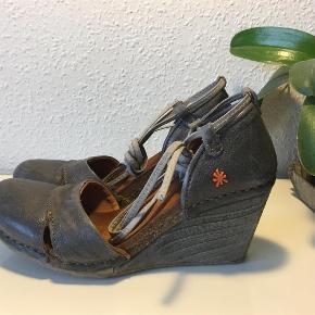Wedges fra The Art Company Fine og kun brugt få gange.  Heels - wedges Farve: Grå blå