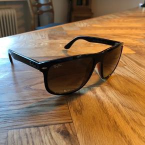 3 år gamle Ray Ban solbriller i brun.  Etui medfølger.  Fremstår pæne, kun forventelige brugsridser i stellet, ingen ridser i glassene.  600kr eller et kvalificeret bud.  Køber betaler Porto ellers kan de afhentes på min adresse.