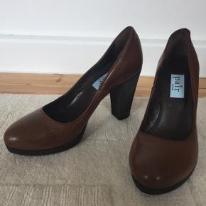 Lækre chokoladebrune hæle fra Apair i ægte læder, der kun har været brugt få gange (købt i forkert størrelse). Rigtig god kvalitet og pasform.   Nypris: 1700 kr  Jeg giver mængderabat, så tjek mine andre annoncer ud :)