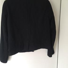 Flot jakke sælges.  For er gået i stykker men kan syes, hvis man gerne vil dette. :) (indenfor )