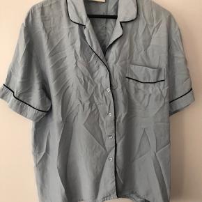 Silkeskjorte fra ganni, skal lige stryges ellers er den uden fejl