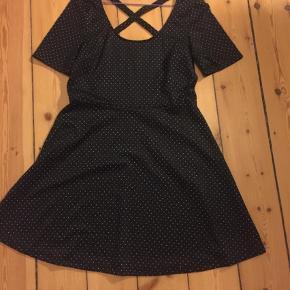 Sød kjole / sommerkjole fra H&M i str m . brugt få gange. Fejler ikke noget. Kom med bud :-)  sort med mønster i hvid