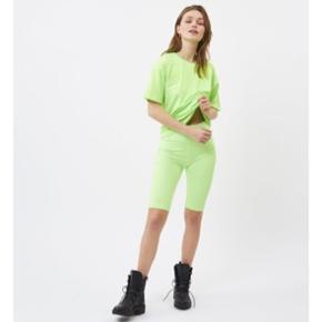 SÆT i neon grøn sælges, fra moves by minimum. Sampler nypris var 500kr. Begge er str small :) cykelshorts og t-shirt