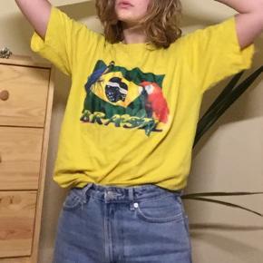 Gul t-shirt købt i Brasillien engang i slut 90'erne start 00'erne. Printet er små slidt, ikke slemt overhovedet. Brugt af en S/XS som oversize t-shirt. BYD:)