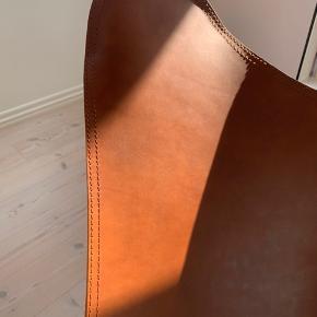 Den originale Cuero flagermusstol i cognac. Købt for et år siden og næsten uden brugsspor. Nypris: 7.100.   Kan hentes i Aalborg. Kvittering haves.