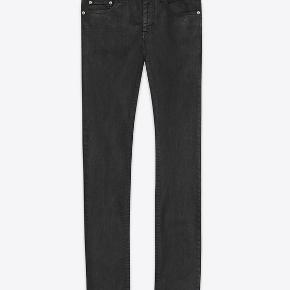 Saint Laurent D02 waxed denim jeans. Bedste kvalitet og fit man kan få for penge. Oprindelig købspris var 3200 kroner, men jeg kan desværre ikke passe dem.  Dette er den voksbelagte version, som giver det perfekte Saint Laurent vibe. Jeg sælger også versionen uden voks, tjek min profil  Helt nye, kun prøvet på. Tags fra Saint Laurent + autoriseret tysk forhandler er stadig påsat. Størrelse 32, fitter true to size. Ingen byttehandler.