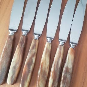Seks skønne Rådvad retro smørreknive i super fin stand. Håndtaget er i plast. Sælges samlet, Pris 300,- Kan hentes 4140 Borup eller sendes pp.