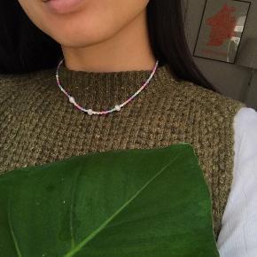Håndlavet halskæde med tre ferskvandsperler 🍬🍡✨  Kan sendes eller afhentes på Nørrebro.  Prisen er fast, men mængderabat givet ved køb af 3 eller flere annoncer.   Instagram: Yangster_Cph 🌸