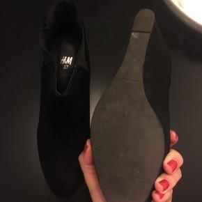 Lækre støvler fra H&M med Kilehæl og Ruskind. Sælges billigt da jeg ikke får dem brugt.