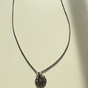 Jeg sælger denne fine Spinning Jewelry halskæde. Både kæde og vedhæng er sølv og oxyderet. Vedhænget har en diameter på 2 cm. Kæden er 60 cm. Vedhænget er fattet med mange små zirkoner.  Nyprisen var kr 899.