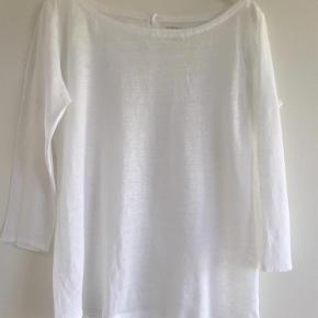 Varetype: Luksus t shirt Størrelse: 2 Farve: Hvid  Lækker T-shirt i 100 % linen. Bådformet udskæring, 3/4 ærmer, og knapper i ryggen. Brugt et par gange. Bytter ikke.