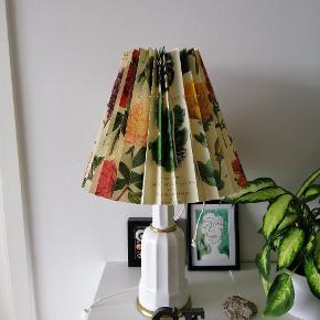 Smuk gammel Heiberg lampe med en smuk ny- helt ny lampeskærm fra Jolander. Ca 50 cm høj.