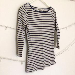 Zara langærmet top med mørkeblå striber. Størrelse S 🌺 (Se billede nr 3 for brugspor)  Kig gerne forbi min shop, mængderabat muligt 👛✨