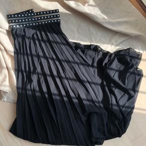 Smuk maxi nederdel fra Senes, et fransk mærke. Har et skønt bånd i taljen med hvide stjerner.  Aldrig brugt❤️  Materiale: ydre er 100% polyester, indre er 95% viskose og 5% elastane  Nypris: ca 200,- Min pris er fast❤️ Køber betaler fragt