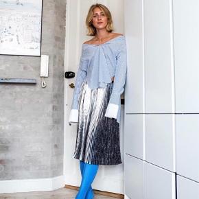 Varetype: Sølv nederdel med plisseringer Farve: Multi Oprindelig købspris: 1600 kr.  Smuk nederdel med sølvplisseringer og silke med tryk i læggene. Så smuk på. Stadig med mærke i. Lukkes med lynlås og knap.         Bytter ikke :)