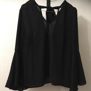 Fin bluse fra H&M med vidde i.