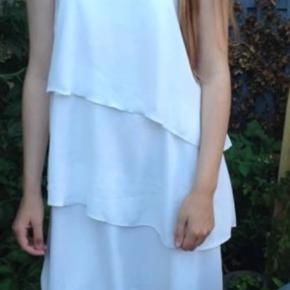 Sælger denne super flotte kjole brugt 1 gang. BYD endelig