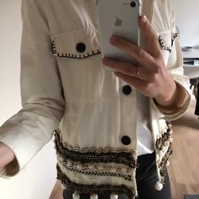 """Overvejer at sælge denne cremefarvede jakke fra zara. To af """"boldene"""" i bunden af jakken er faldet af (se sidste billede) 😊😊"""