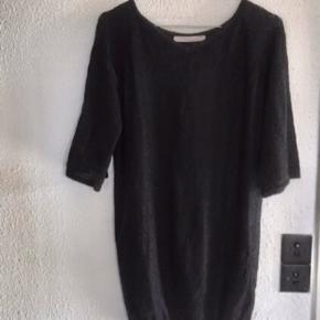 Strik Bluse Tunika Sweater Kjole Superfin stand  Størrelse: angivet som XS  Stor i størrelsen - passer også S / M  Farve: Sort / Navy Lækker, blød strik i Cashlama uld og Silke med fint lille mønster øverst.  Længde ca 74 cm