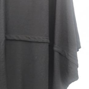 Lækker oversize bluse .  Kun brugt få gange .   Str L ( 50-52 )   Ny pris 550 kr