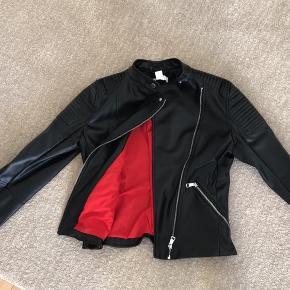 Fin jakke fra h&m, ikke ægte skind. Brugt et par gange og er i pæn stand.