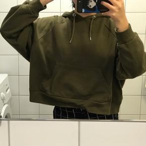 Mørke grønt hoodie fra Monki 💚 Behageligt, god til layering og perfekt til vinter! ❄️  Størrelse M, men har en oversized fit 😁  Fejler intet og er i god stand! 👌🏼  Prisen er inkl. porto 💸  Sender med DAO 📦