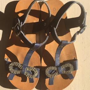 Super lækre sandaler, og som det ses knapt brugt. Læderremme, indre lædersål, gummisål under. Håndlavede spanske, købt i Sorrento sidste år for 400kr. og for små i år 🌞  Sandaler Farve: Blå,    Armyblå,    Marine,    Marineblå Oprindelig købspris: 400 kr.