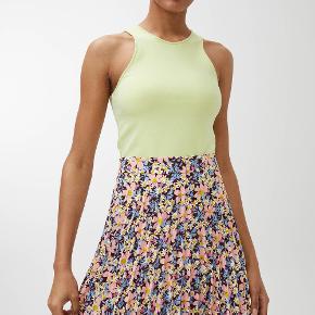 Fineste plisserede nederdel, aldrig brugt og stadig med mærke.  Str 42 men passer også fint en str 40.