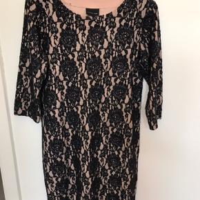 Flot kjole som kun er brugt 1 gang til konfirmation . Fremstår som ny og er fra ikke-ryger hjem . Ca 94 cm lang hvis man måler fra ryg til bund