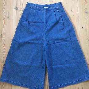 Fede Rude-bukser med masser af svaj. Aldrig brugt, for vægten svingede desværre opad, så nu ligger de bare i skuffen