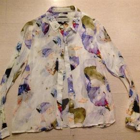 Varetype: Flot skjorte Farve: Multi Oprindelig købspris: 799 kr.  100% viscose  Brystvidden er ca 98 cm