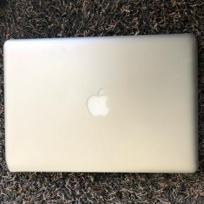 """Jeg har købt en ny, derfor sælger jeg min trofaste ven i gennem 4 år. Macbook Pro 13"""" udgave 2014. Den har en enkelt bule på hjørnet, men ellers er den fin. Batteriet er ok, men selve computeren er en smule langsom. Derfor sælges den billigt.  Niels Brock's logo er på, da computeren er købt via skolen. (Fik min studentereksamen derfra)  Kvittering haves ikke længere, men original oplader følger med i købet. Alt data er slettet fra computeren.  Prisen er fast."""